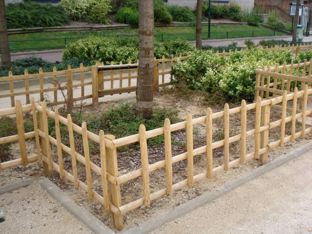 Barrières châtaignier piquets clôture bois jardin portillon ...
